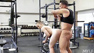 Erotic anal display at the gym for the fit stunner