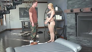 Curvy MILF masseuse uses a feeble-minded man's dick be expeditious for achieving ultimate pleasure